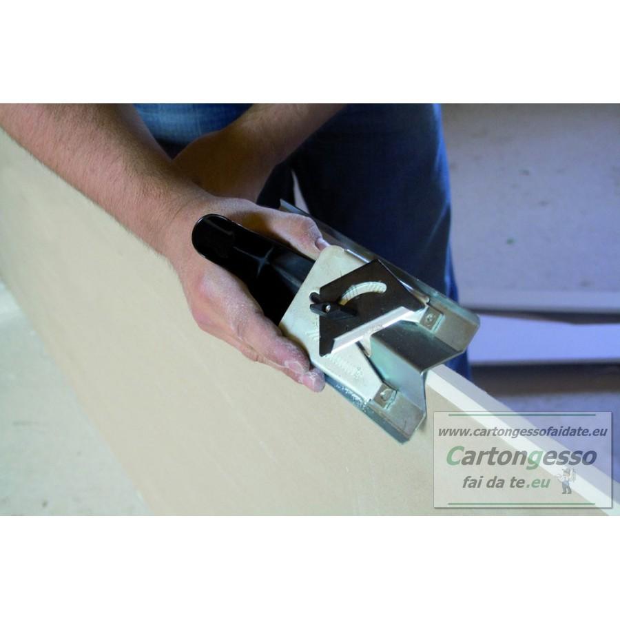 Particolare di taglio cartongesso con pialletto angolare