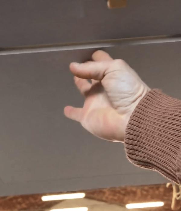 0 cartongesso soffitto con cerniere e pistone