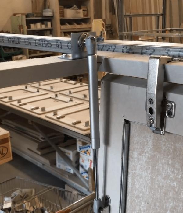 4  cartongesso soffitto con cerniere e pistone