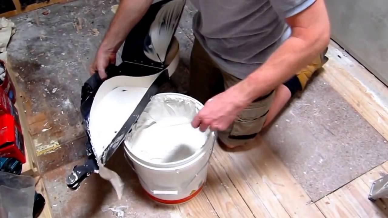 inserire stucco nel macchinario per stuccare